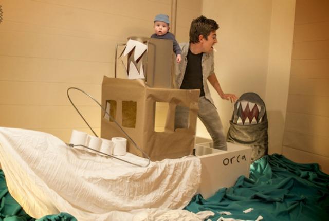 I genitori più dolci di sempre, ricreano scene di film per il loro bambino