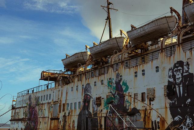 La nave abbandonata diventa una galleria per opere d'arte