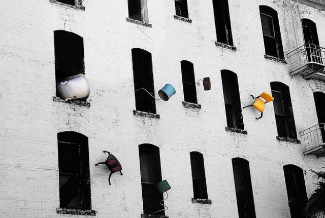Defenestration, a San Francisco i vecchi mobili si buttano dalla finestra