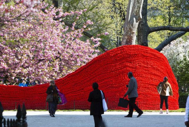 Le onde di corda che colorano il Madison Square Park di Manhattan
