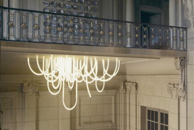 La corda sospesa al soffitto, l'originale lampadario del designer Mathieu Lehanneur