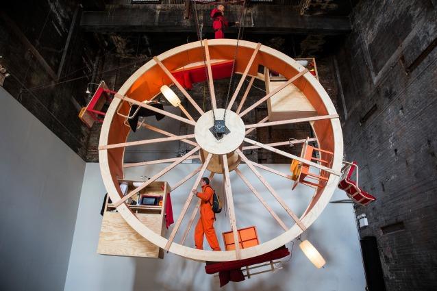 In Orbit: vivere in un'enorme ruota per criceti in nome dell'arte