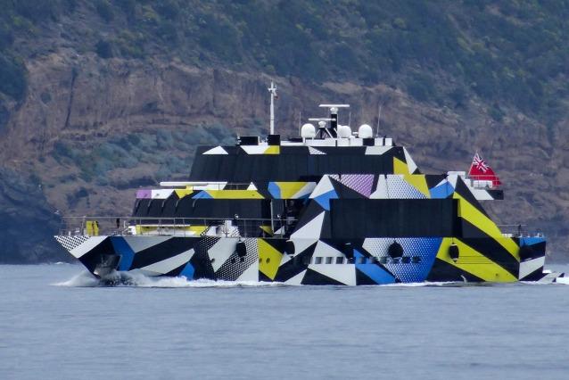Guilty: l'opera d'arte galleggiante di Jeff Koons nel Golfo di Napoli