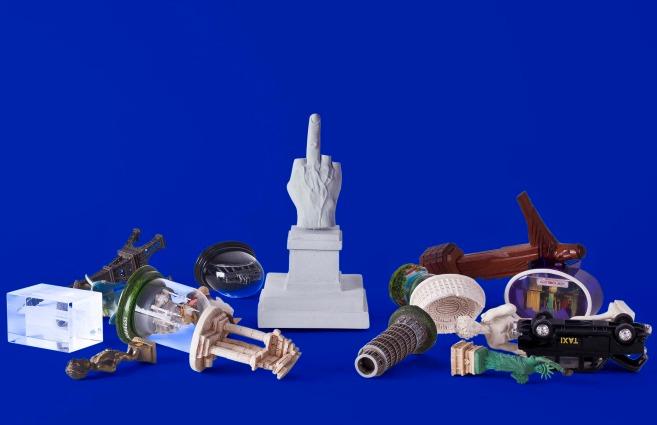 Souvenir di Milano: il dito medio di Cattelan diventa il nuovo simbolo della città