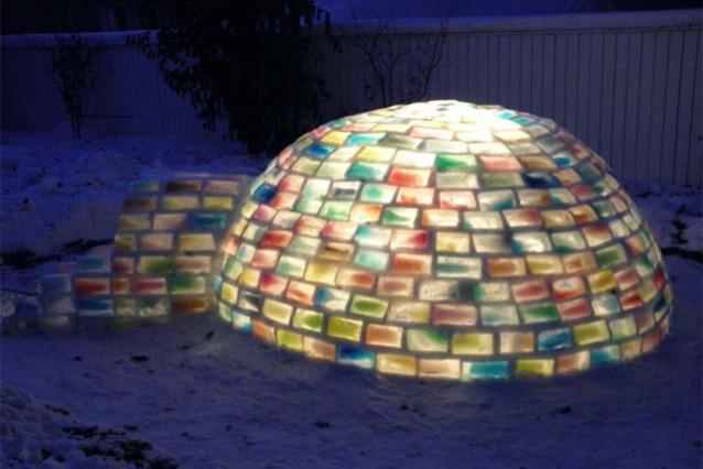 Rainbow Igloo: come costruire un igloo con 500 cartoni di latte