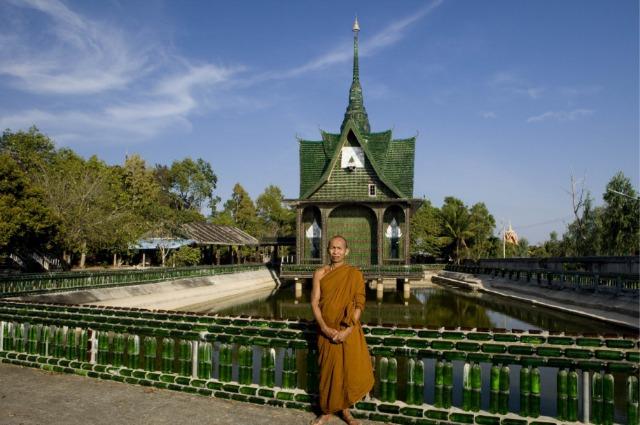 Wat Pa Maha Chedi Kaew: il tempio buddista costruito con 1,5 milioni di bottiglie di birra riciclate