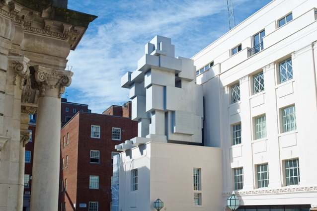 Dormire in una scultura: l'arte di Antony Gormley