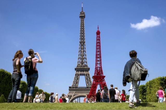 La Tour Eiffel si veste di rosso