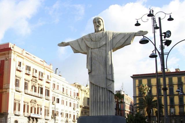 Napoli, un Cristo Redentore appare nella notte