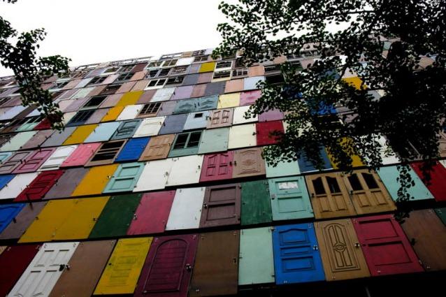 1000 Doors: l'edificio fatto da 1000 porte riciclate