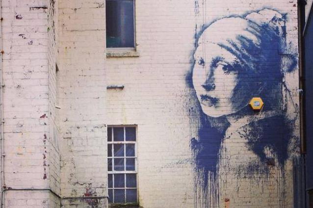 """Nuovo Banksy a Bristol: ecco la versione street de """"La ragazza con l'orecchino di perla"""""""
