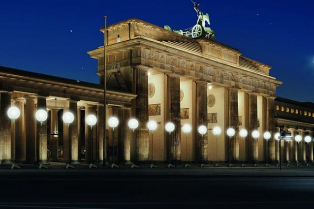 Berlino, una barriera di luce per ricordare i 25 anni dalla caduta del Muro