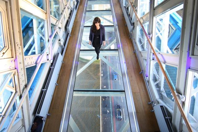 Londra, il Tower Bridge da vertigini con il nuovo pavimento di vetro