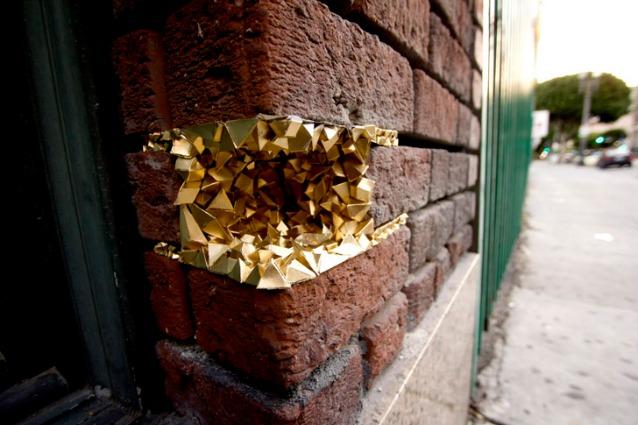 Restaurare con la carta: la street art di Paige Smith