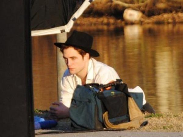 Robert Pattinson vestito da cowboy per Vanity Fair Italia
