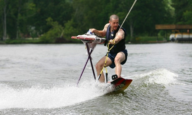 Extreme Ironing, l'ultima mania del web: stirare nei posti più impensabili al mondo (VIDEO)