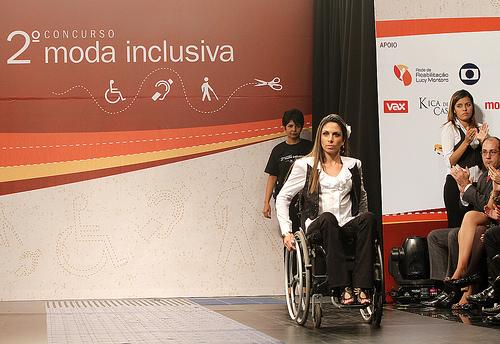 Moda senza barriere: giovani designer creano abiti su misura per disabili
