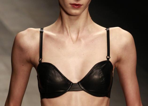 Le modelle mangiano pezzi di stoffa per rimanere magre: la rivelazione shock
