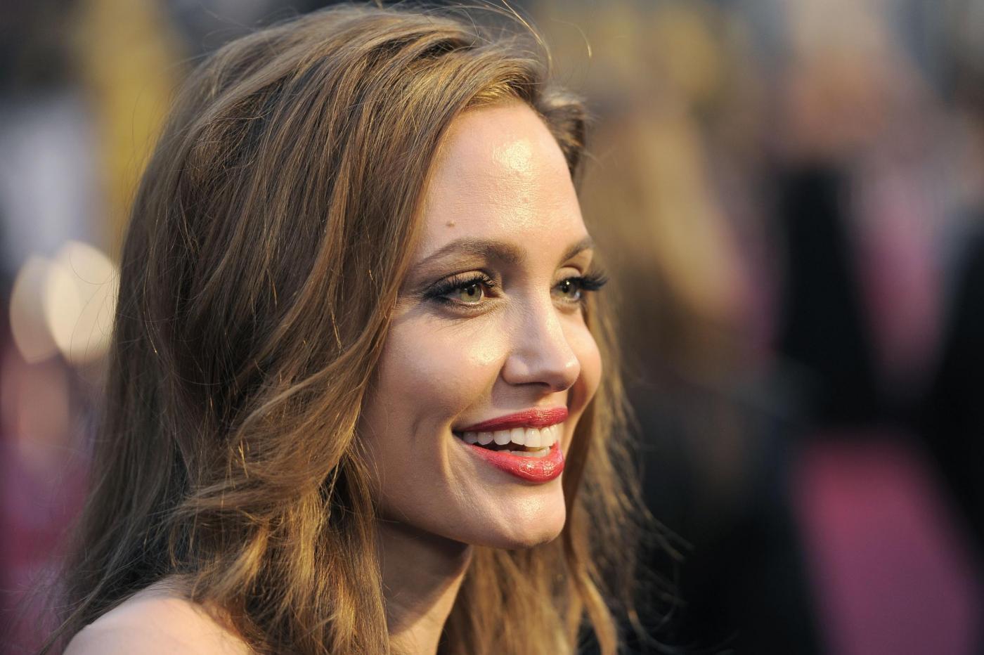 Angelina Jolie disegna una linea di gioielli per finanziare una scuola in Afghanistan