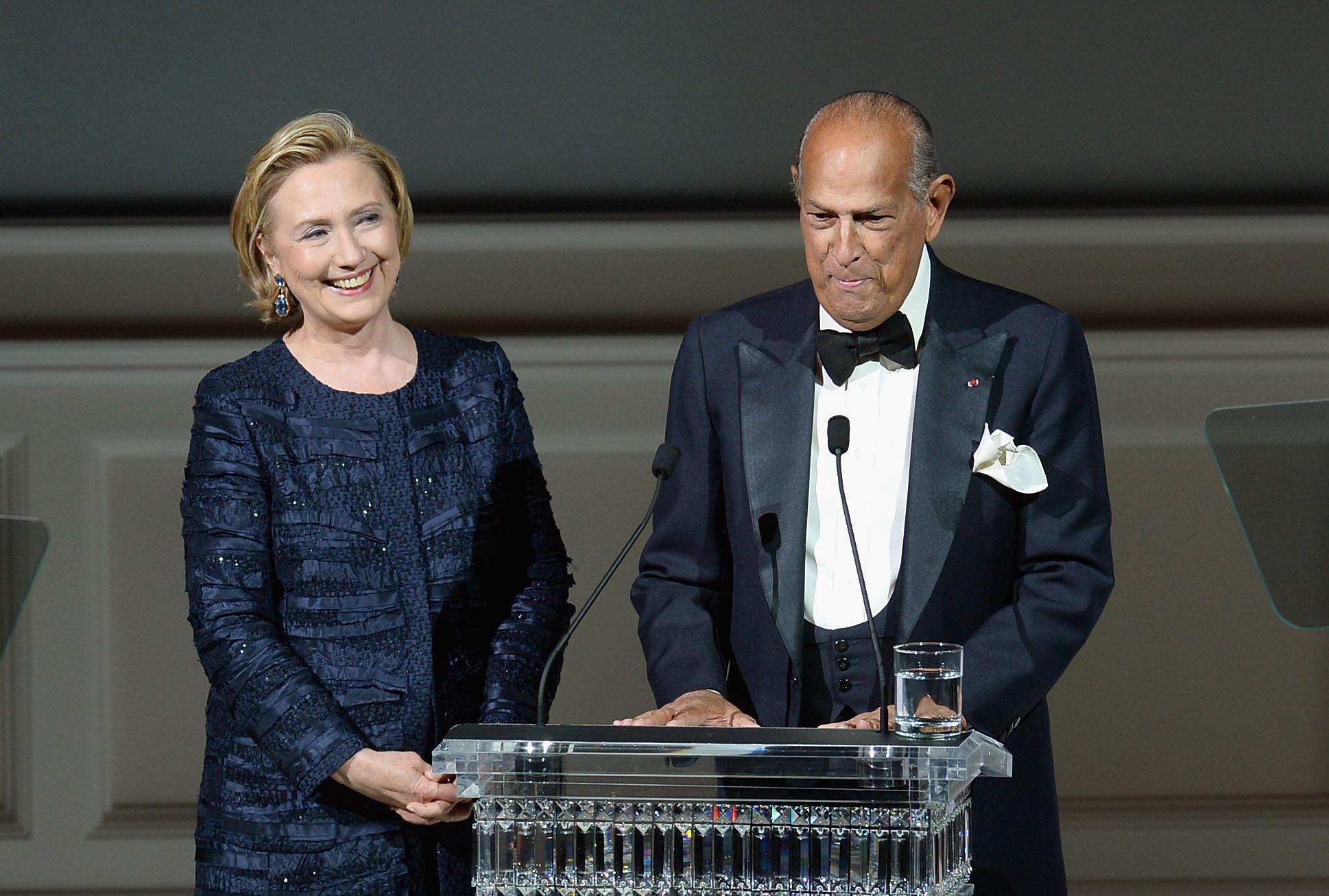 Hillary Clinton premia i migliori stilisti agli Oscar della moda (FOTO)