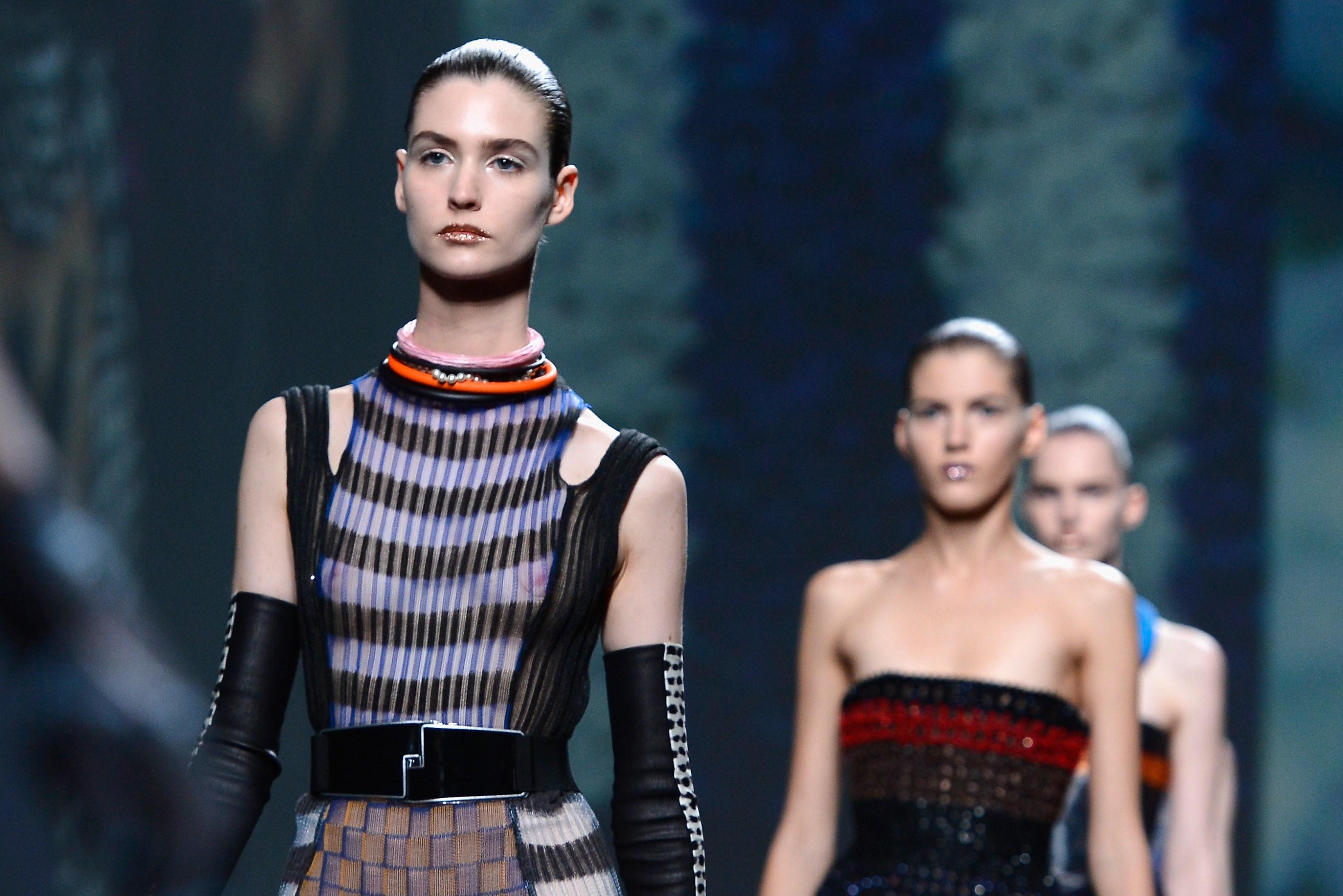 Dior Haute Couture, sfila a Parigi la rivoluzione di Raf Simons