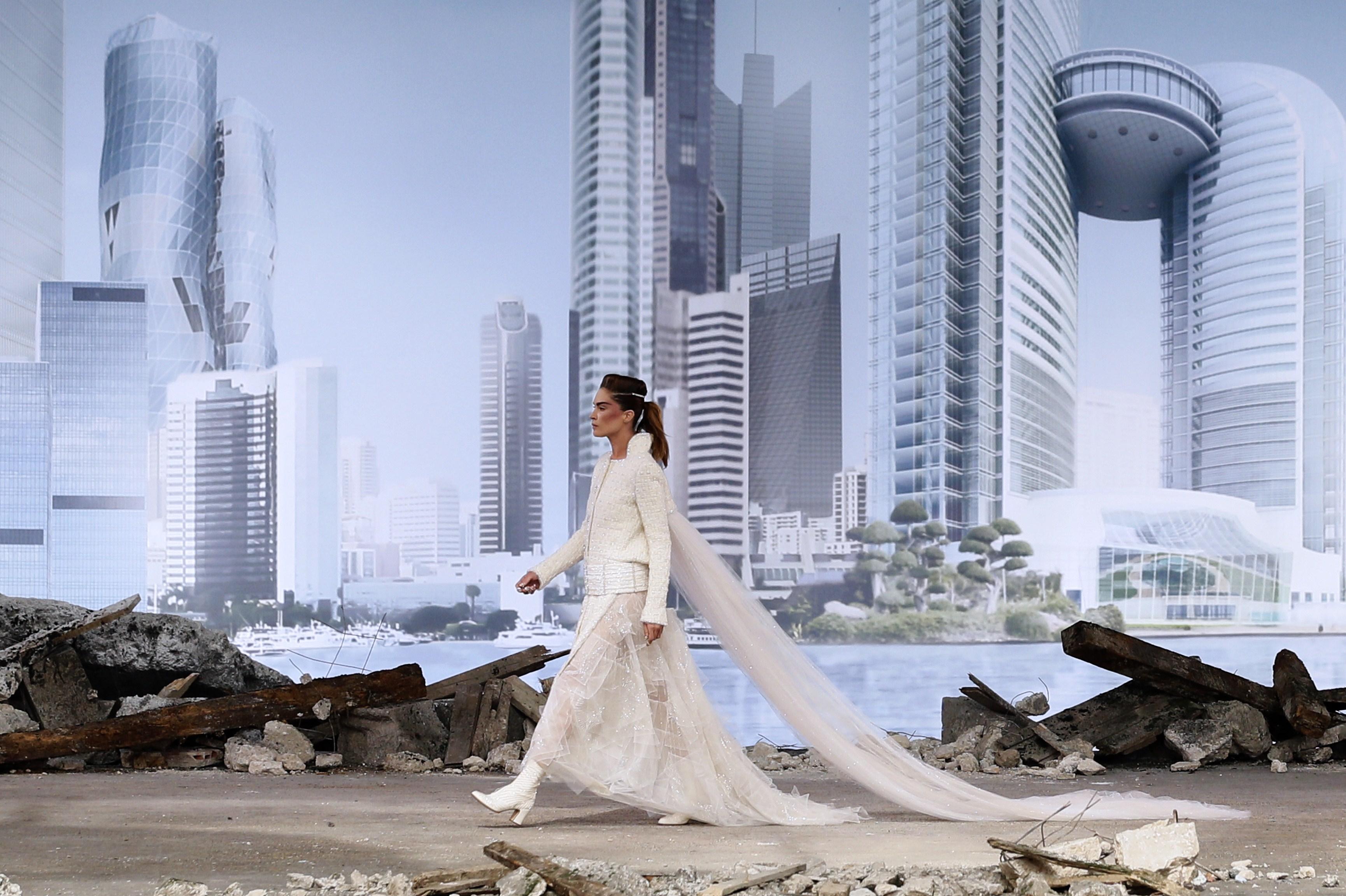 Chanel Haute Couture, sfila tra le macerie lo stile del futuro