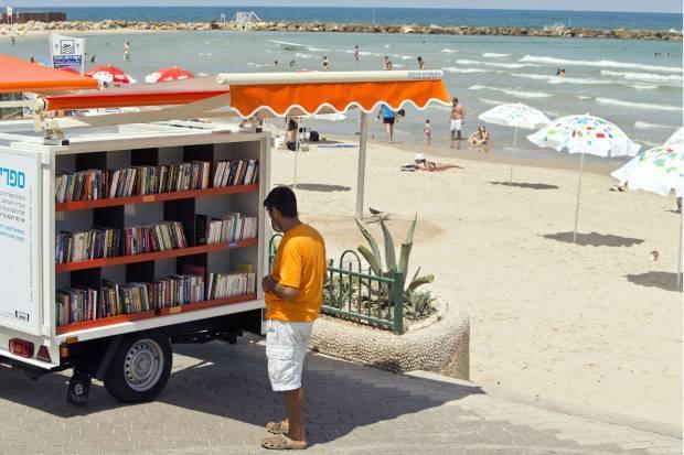 """In spiaggia arrivano le biblioteche """"ambulanti"""" (VIDEO)"""