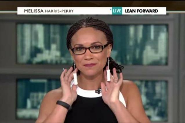 Melissa Harris-Perry indossa tamponi come orecchini, per protesta contro legge anti-aborto