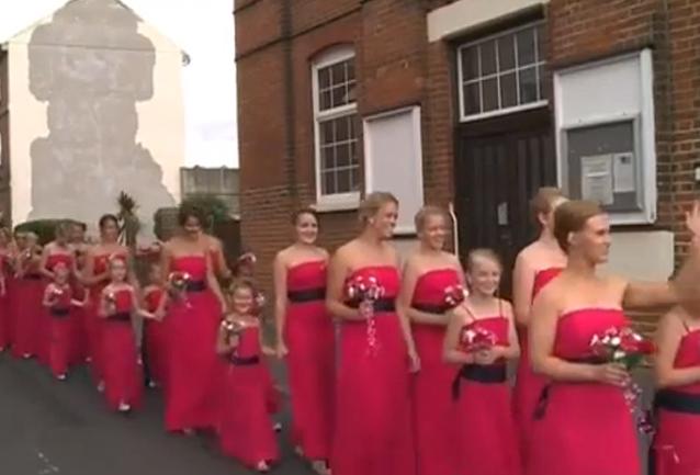 Katie Dalby si sposa con 80 damigelle d'onore, 74 erano sue allieve