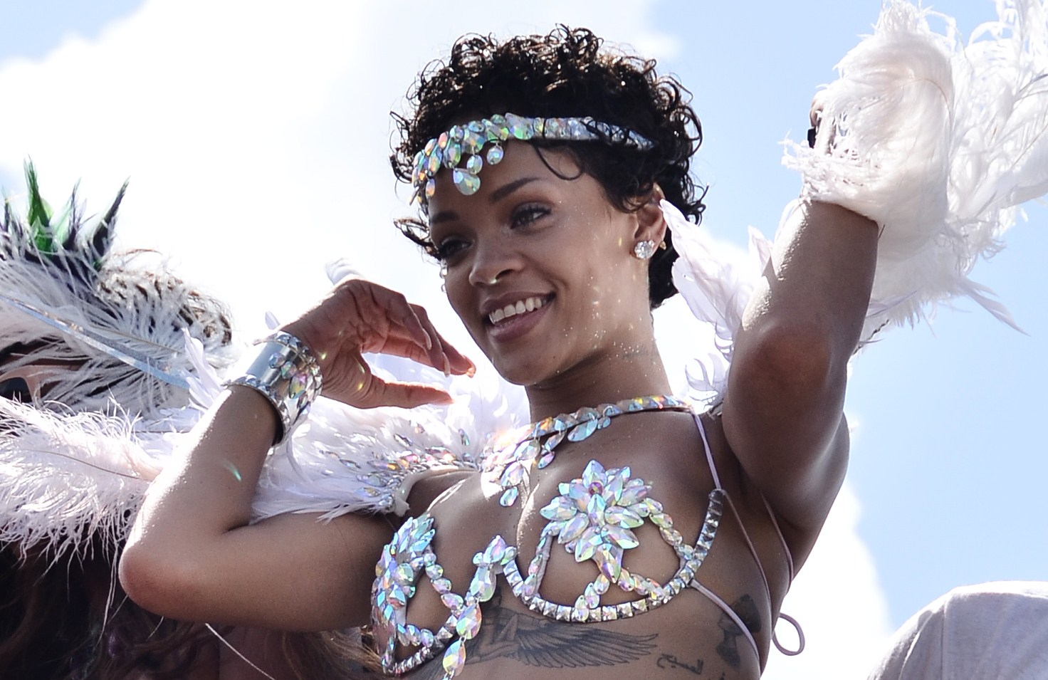 Rihanna con un sexy costume di pietre e piume (FOTO)