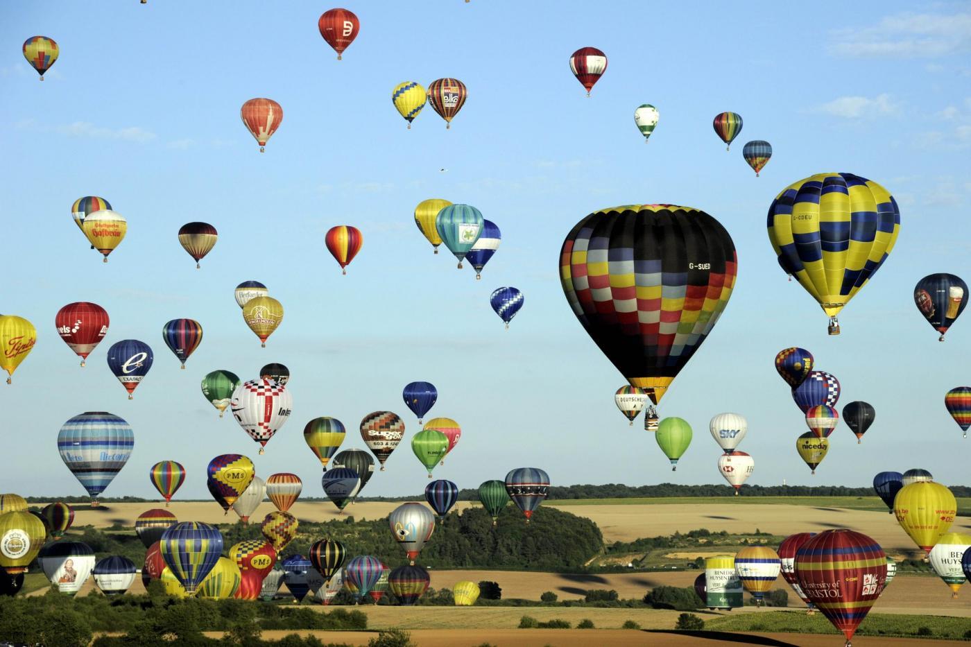 Festival delle mongolfiere: 400 palloni nel cielo della Francia (VIDEO)