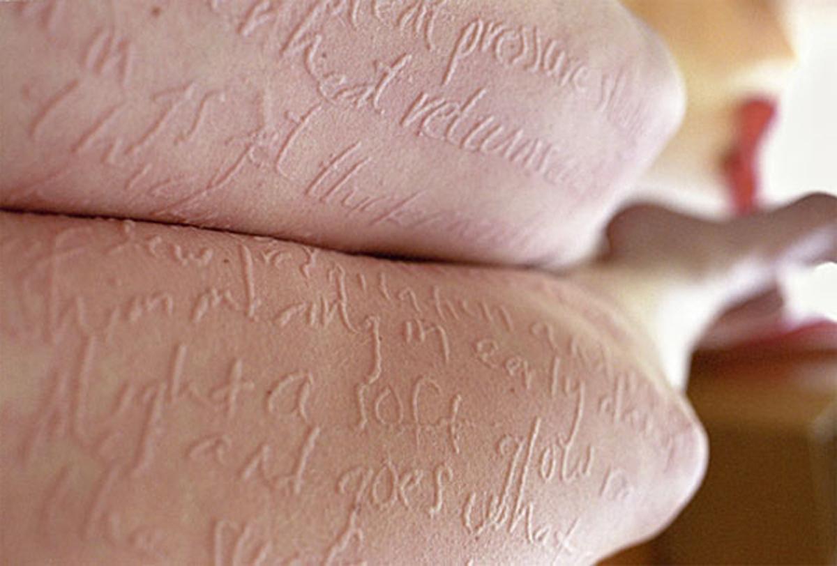 34enne colpita da rara malattia, trasforma il corpo in una tela