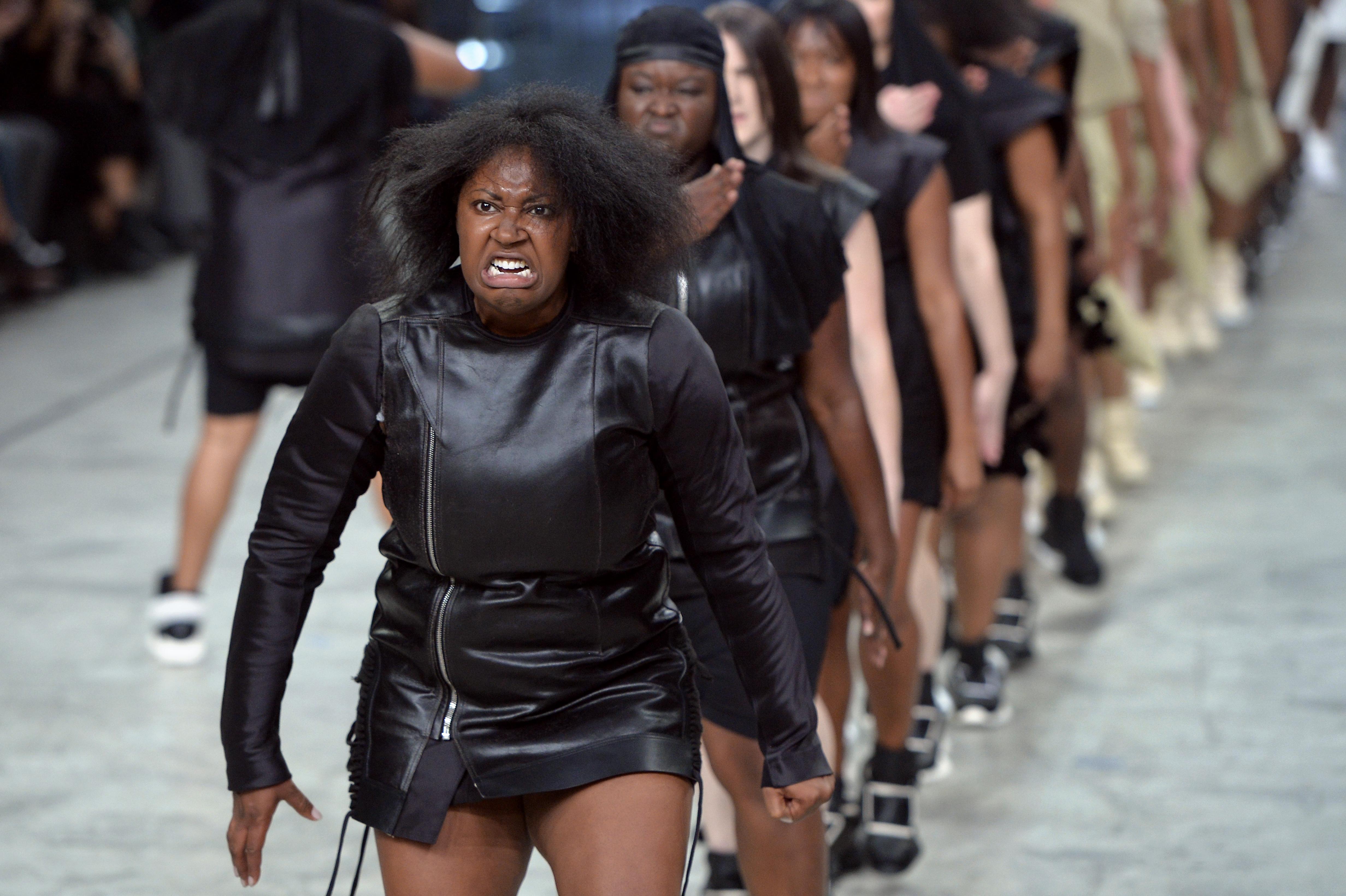 Rick Owens porta in passerella corpulente ballerine afro (FOTO)