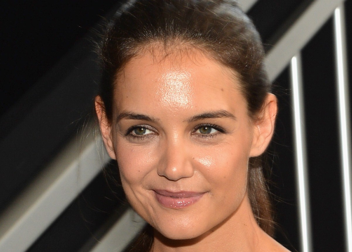 Katie Holmes, poco trucco e capelli in disordine alle sfilate di New York (VIDEO)