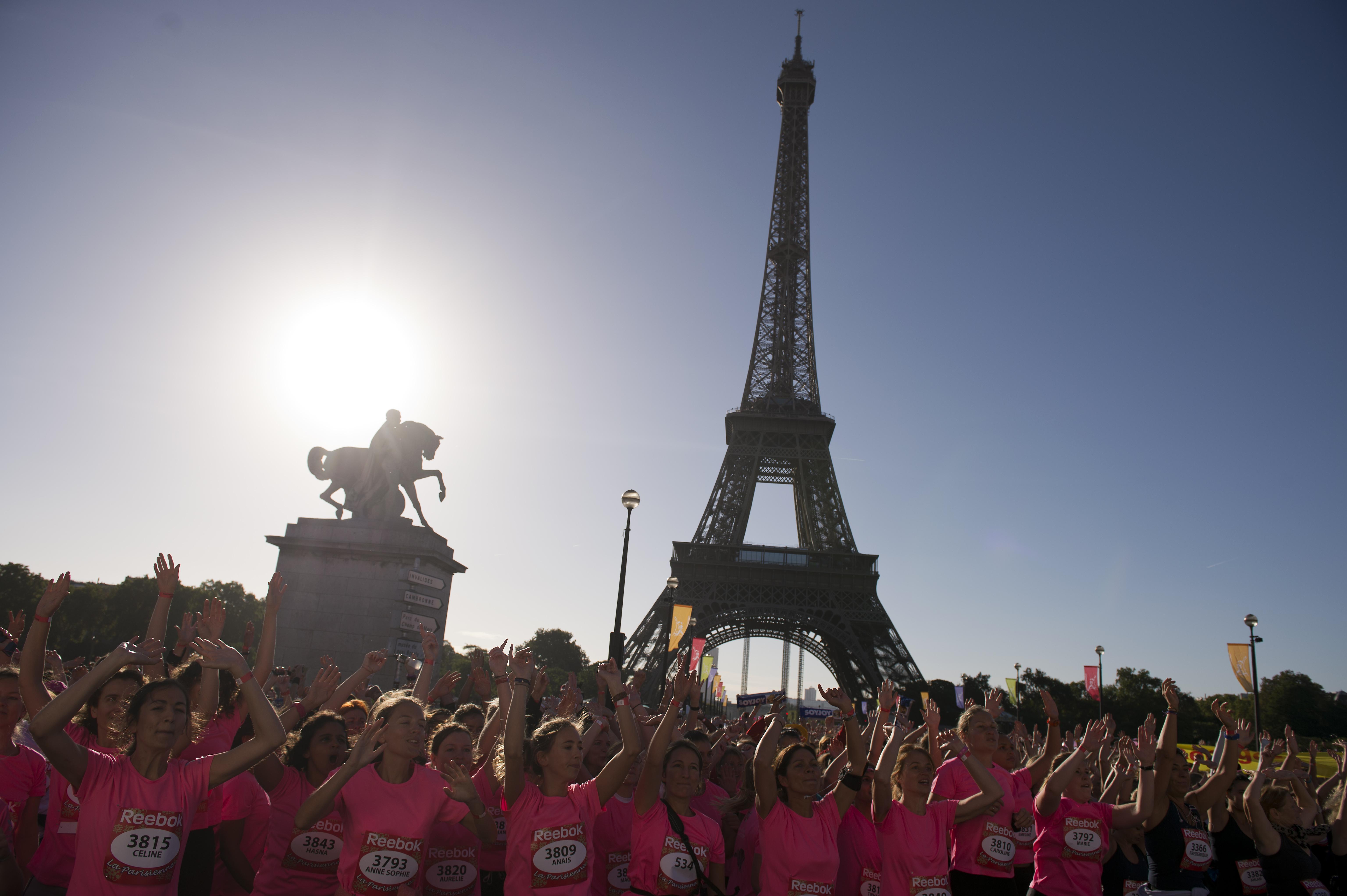 La Parisienne, 30mila donne di corsa per combattere il cancro al seno (VIDEO)