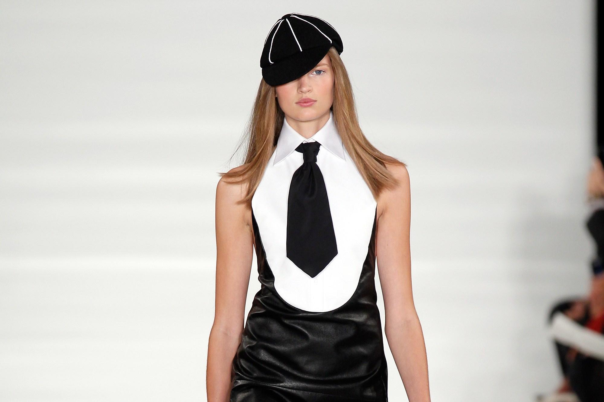 Ralph Lauren porta in passerella collegiali e femme fatale (FOTO)