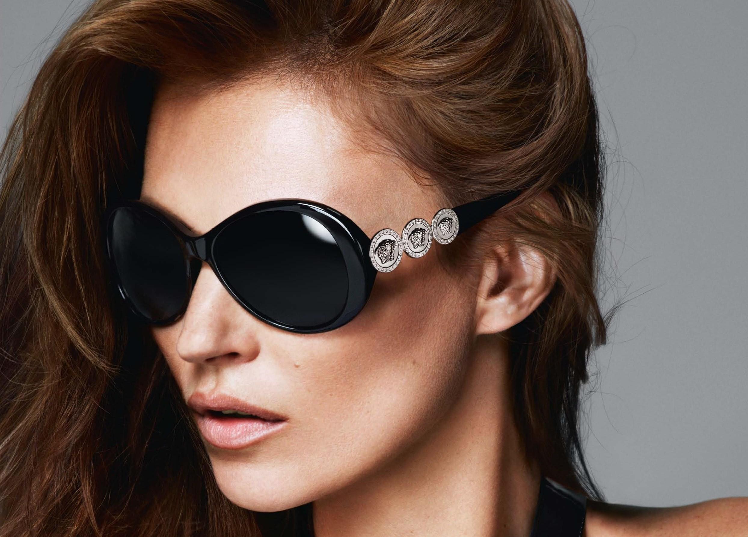 Versace celebra la storia della maison con una collezione di occhiali