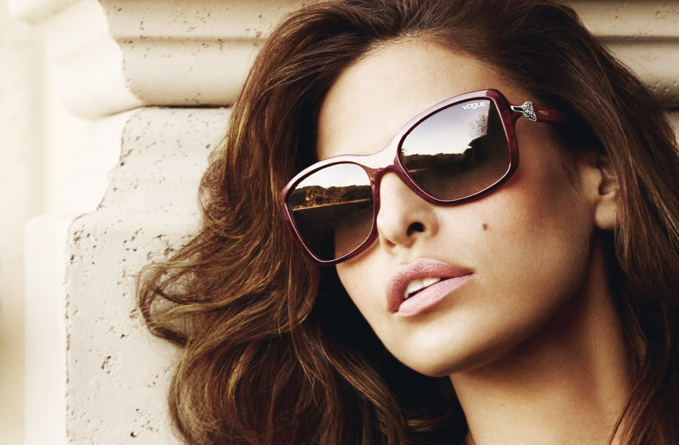 Vogue Eyewear punta sul fascino sensuale di Eva Mendes