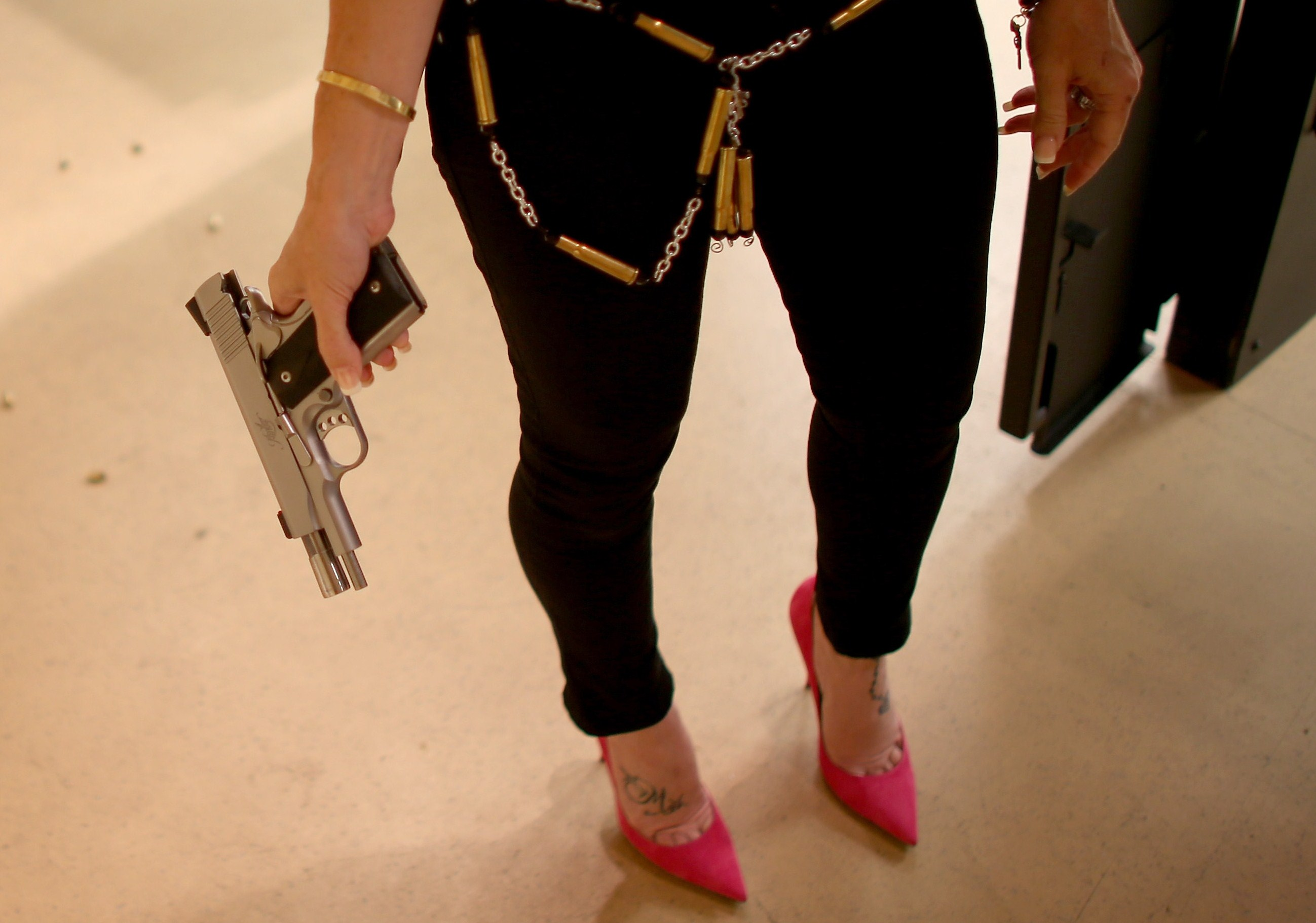 Moda choc: la linea di accessori ispirata alle armi (FOTO)
