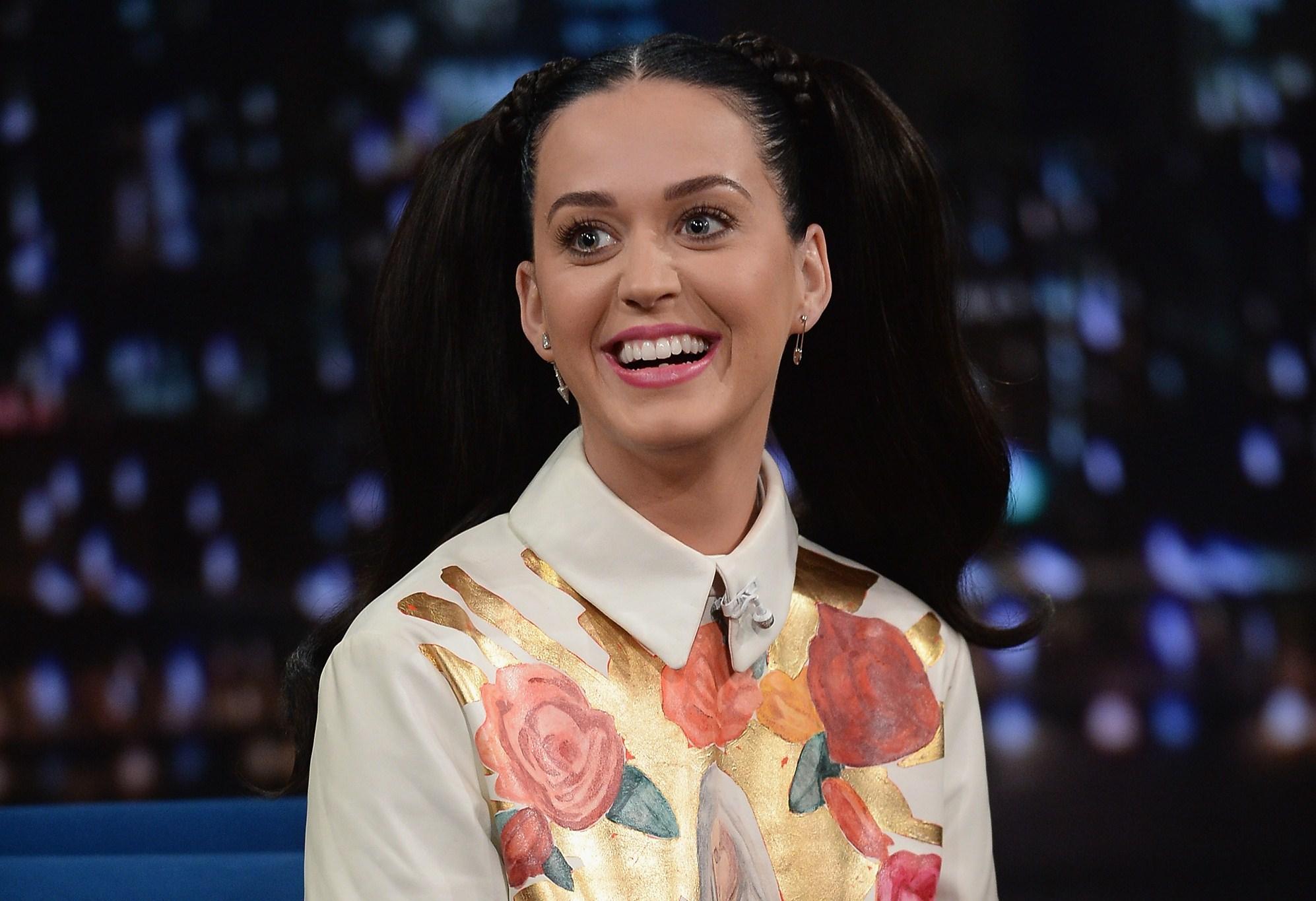 """Katy Perry tra """"sacro e profano"""" in diretta TV (FOTO)"""
