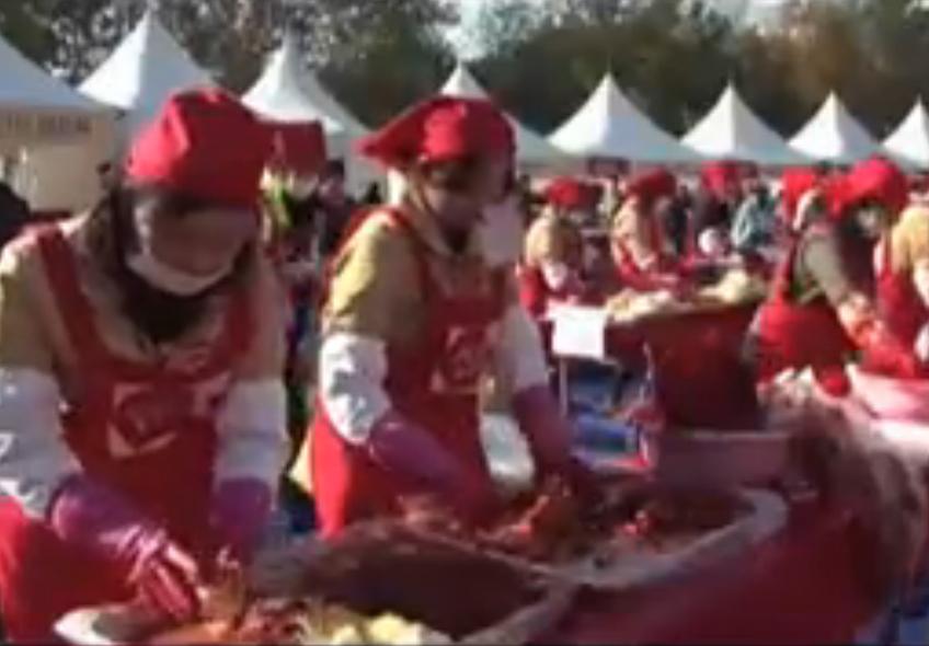 3000 donne in piazza cucinano per le famiglie in difficoltà (VIDEO)