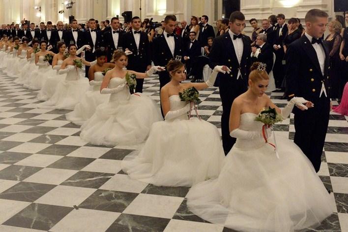 Gli abiti principeschi delle debuttanti al Gran Ballo della Venaria Reale (FOTO)