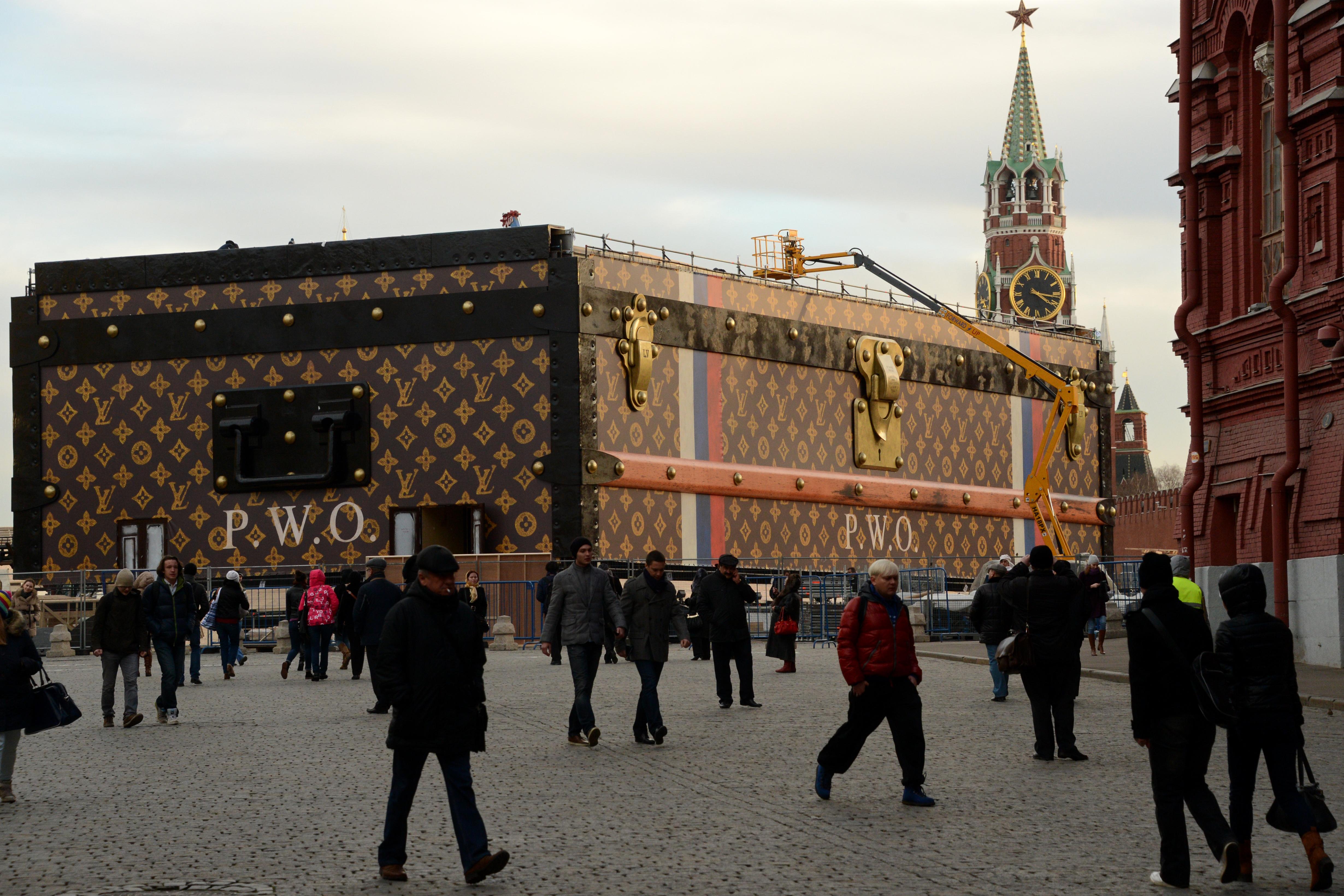 Maxi baule di Louis Vuitton nella Piazza Rossa scatena l'ira dei comunisti (FOTO)