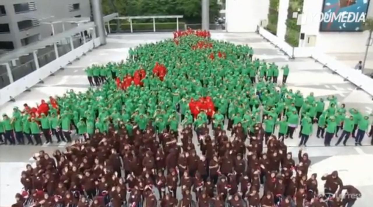 L'albero di Natale umano più grande del mondo (VIDEO)