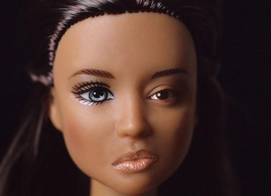Corpi di plastica: donne reali a confronto con le Barbie (FOTO)