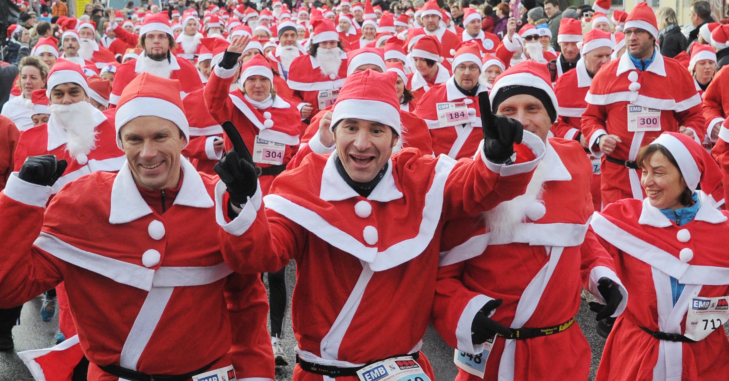 Migliaia di Babbo Natale invadono Londra (VIDEO)