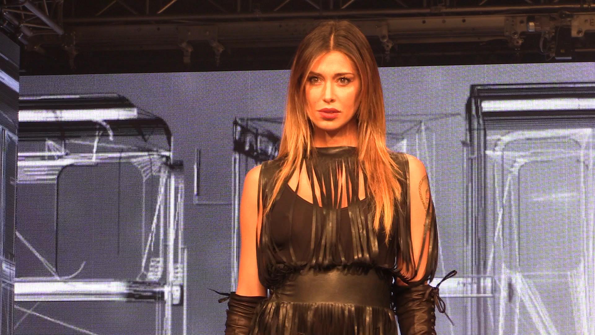Belén Rodriguez, hot in shorts di pelle sulla passerella di Imperfect (VIDEO)