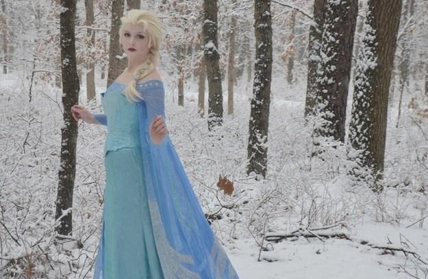 """Il costume da """"Regina delle Nevi"""" di una cosplayer incanta il web (FOTO)"""