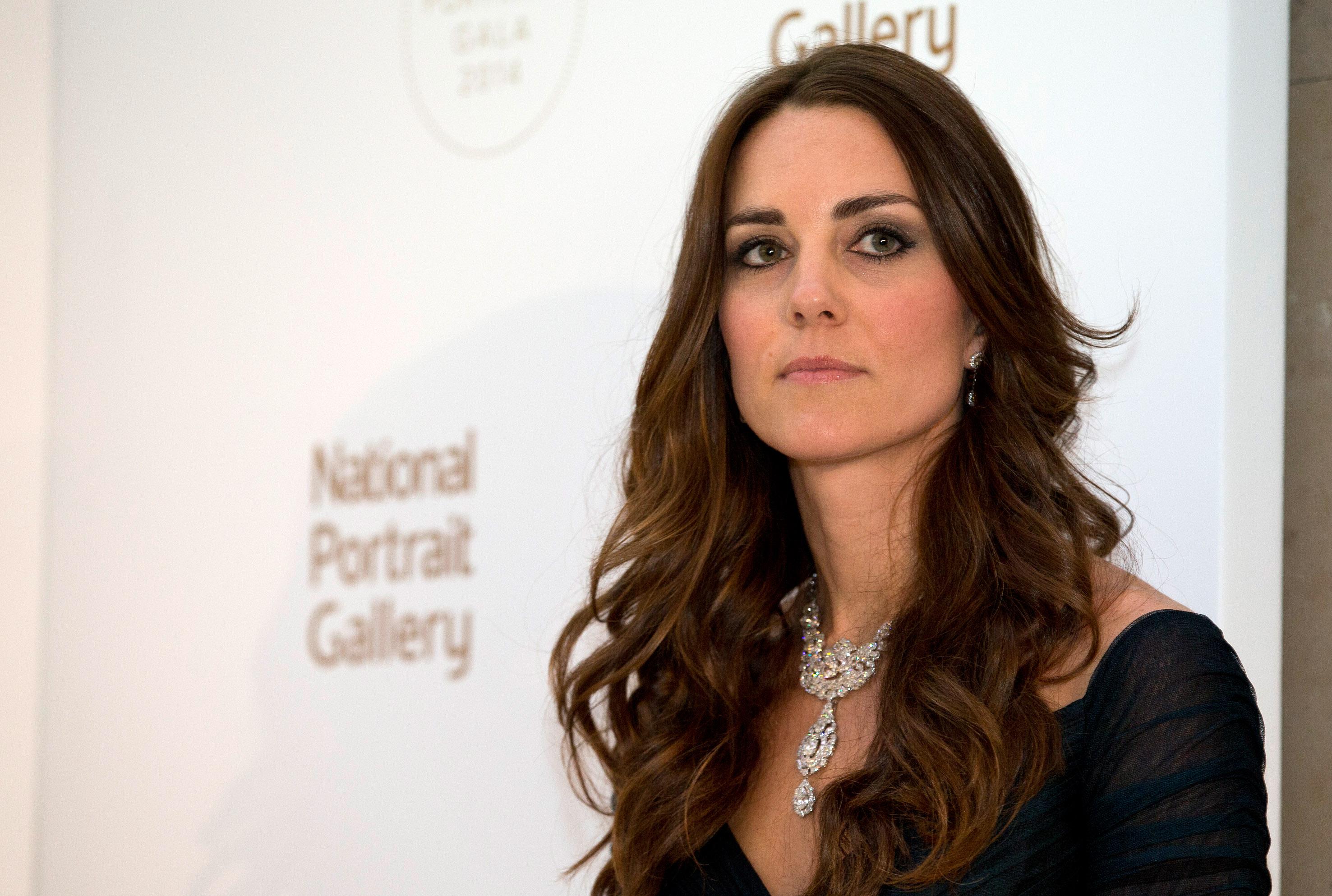 Kate Middleton: scollatura e collier milionario per la cena senza William (VIDEO)