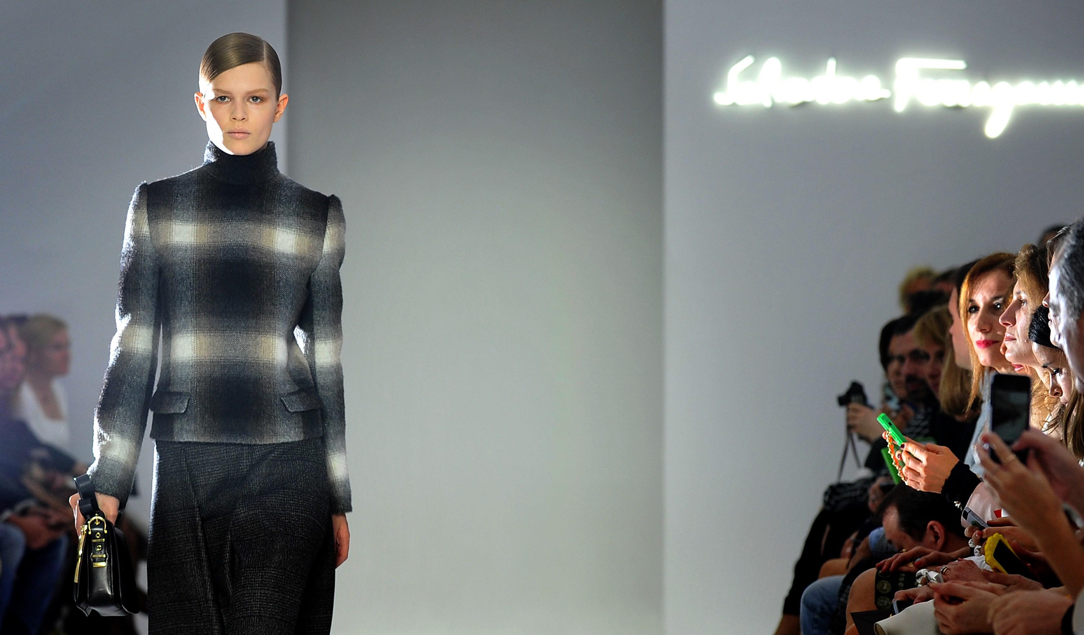 Milano Fashion Week: sfilano gli abiti materici di Salvatore Ferragamo (VIDEO)